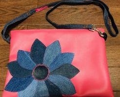 ピンクのクラッチバッグ